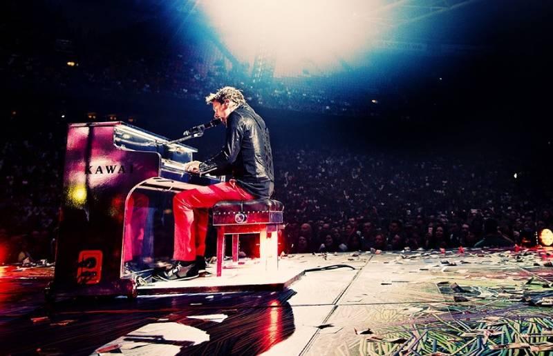 nghệ sĩ đánh piano trên cây đàn kawai