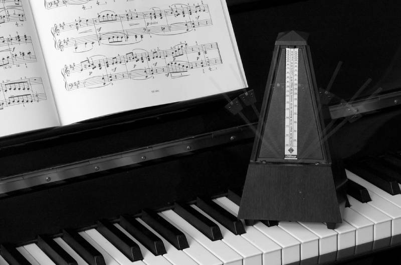 may dem nhip piano