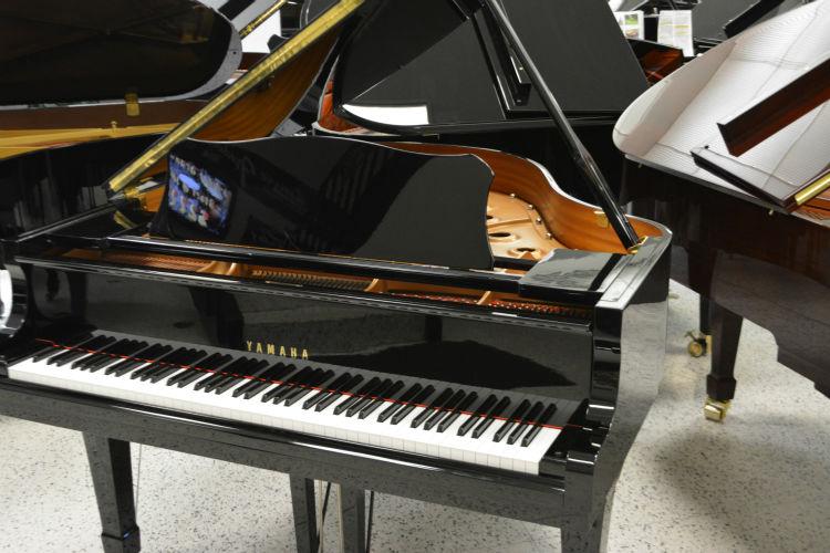 Đàn piano Yamaha C1